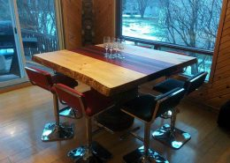 Table en en padouk, noyer et pin de style live edge