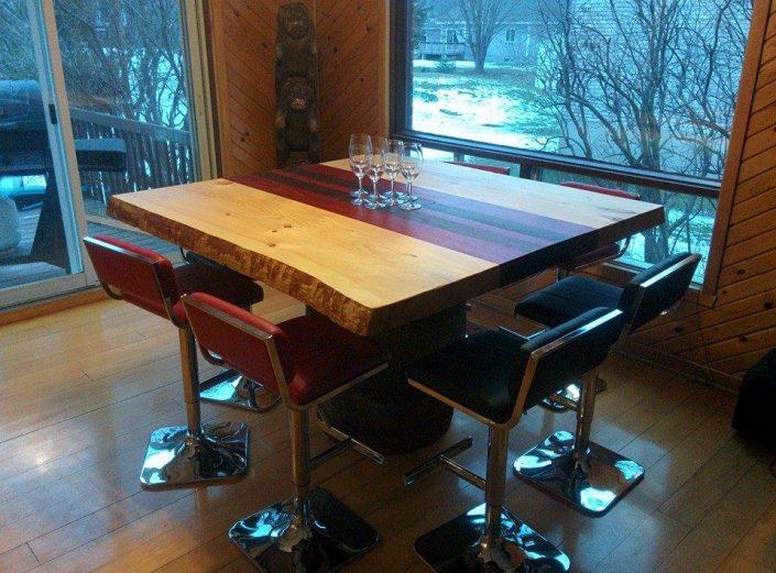 Table en en padouk, noyer et pin de style live edge