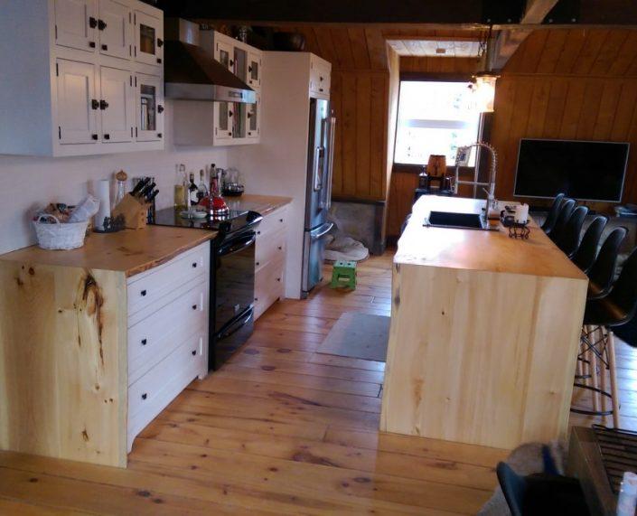 Armoire de cuisine champêtre bois et peinture de lait avec îlot de cuisine live edge fabriquer sur mesure par L'Ébénisterie de lanaudière