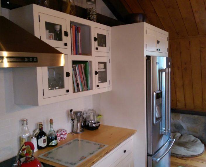 Armoire de cuisine sur mesure peint à la peinture de lait Homestead house blanche par L'ébénisterie de Lanaudière