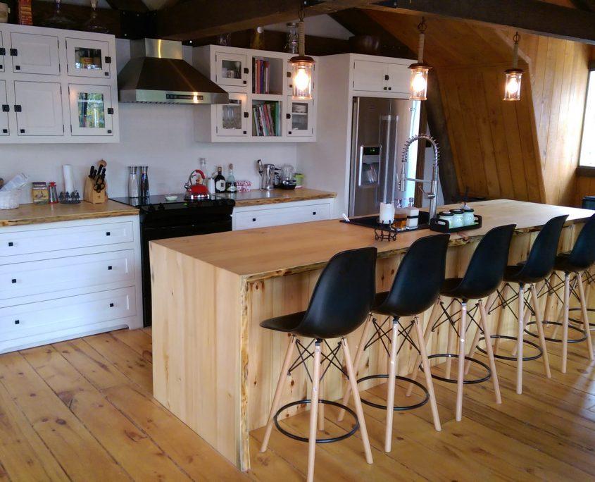 Armoire De Cuisine Blanche îlot Live Edge Cuisine Champêtre
