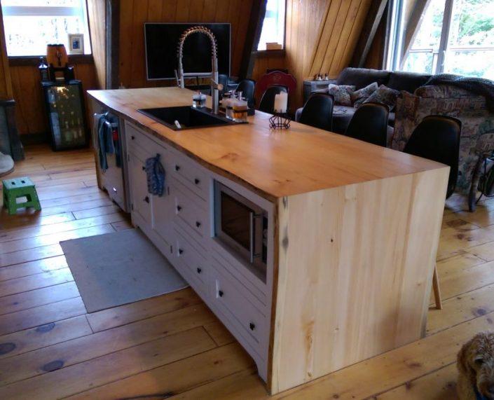 Îlot de cuisine en bois massif peint peinture de lait blanche et dessus de comptoir live edge fabriquer sur mesure par L'Ébénisterie de Lanaudière