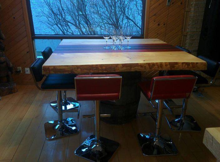 Table live edge sur mesure en padouk, noyer et pin massif