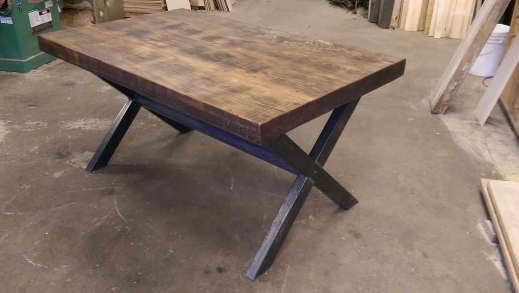 Table de cuisine industriel bois-métal plateau de table en pin massif et base en x table sur mesure par L'ébénisterie de Lanaudière
