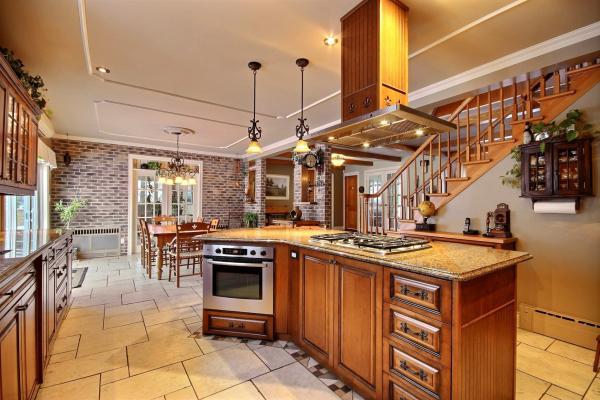 Armoire de cuisine et îlot de cuisine en bois massif fabriquer sur mesure par L'Ébénisterie de Lanaudière