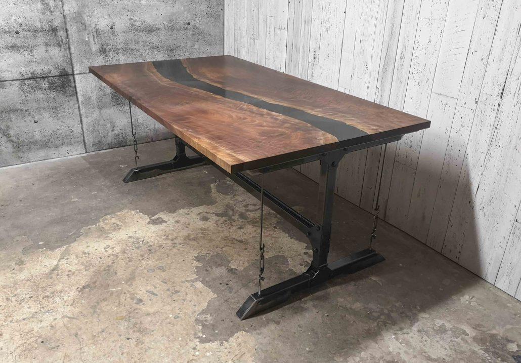 table de cuisine sur mesure bois massif noyer noir et époxy base industriel en métal brute fabriquer par l'ébénisterie de lanaudière