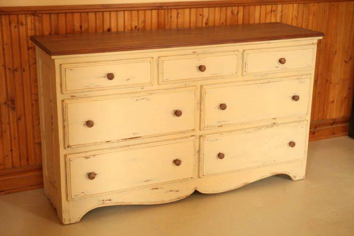 Bureau 7 tiroirs finition peinture de lait vanille et brun 2 couleurs