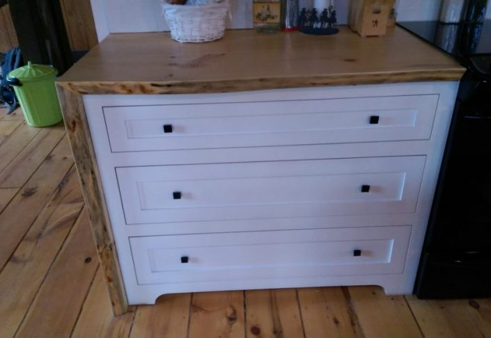 Module d'armoire de cuisine en bois massif peint blanc avec dessus de comptoir live edge sur mesure par L'ébénisterie de Lanaudière