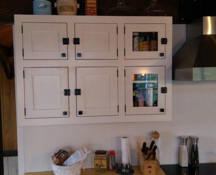Armoire de cuisine peint à la peinture de lait avec porte de style shaker et quincaillerie ancienne cuisine sur mesure L'ébénisterie de Lanaudière