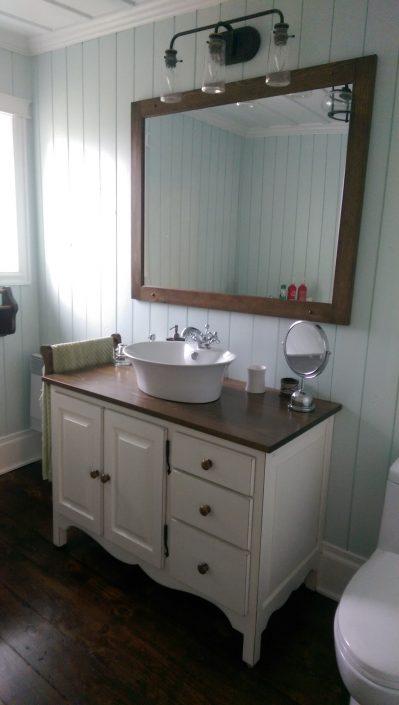 Vanité de salle de bain sur mesure de style champêtre en pin massif