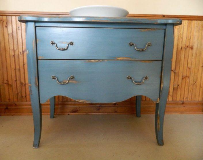 Meuble vanité bleu sur patte avec finition peinture de lait
