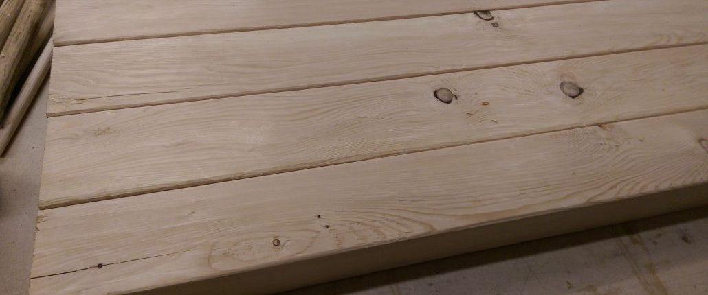 Préparation d'un plateau de table de salon en pruche au style rustique et brut