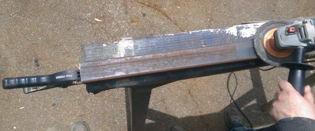 Préparation d'une pièce de métal pour la fabrication d'un meuble en bois et métal par L'Ébénisterie de Lanaudière