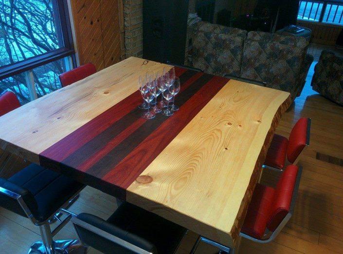 Table live edge fabriquer avec 3 essences de bois, le pin, le noyer et le padouk