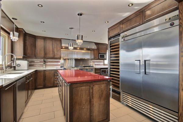 Armoire de cuisine moderne sur mesure en bois massif et quartz par L'ébénisterie de lanaudière