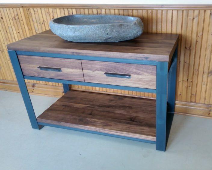 Vanité de salle de bain en bois et métal fabriqué sur mesure de style meuble vasque avec du noyer par L'Ébénisterie de Lanaudière