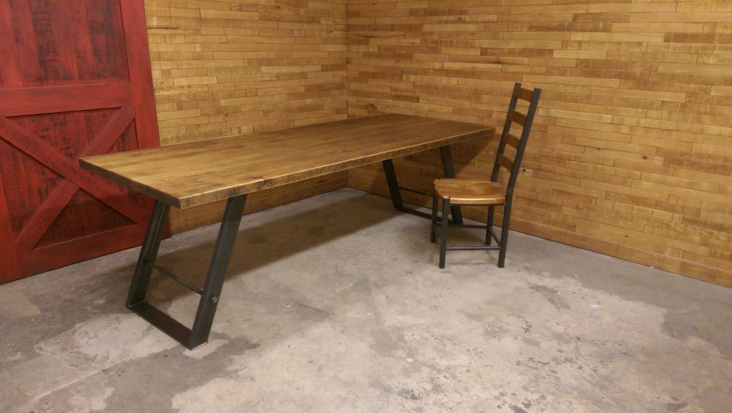 Table de cuisine fabriquer sur mesure plateau en bois massif et base de table en métal en angle pour un look chic et industriel un projet fabriqué au Québec par L'Ébénisterie de Lanaudière.