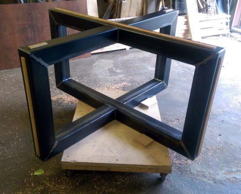 Base de table central en X en métal et bois pour table de cuisine fabriquer sur mesure par l'ébénisterie de Lanaudière