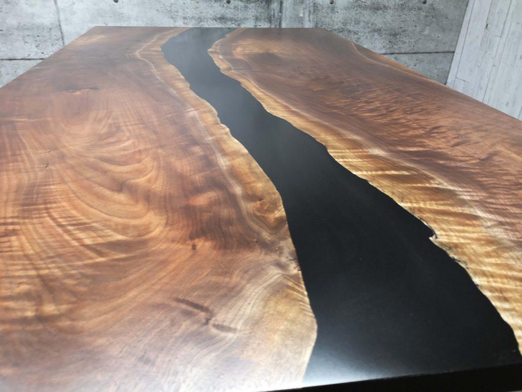 Plateau de table en bois massif et époxy et noyer noir fabriquer sur mesure par l'ébénisterie de lanaudiere